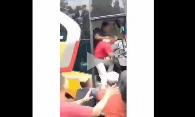 Sopir Bus dikeroyok massa